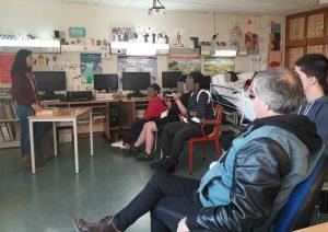 A sala com alunos e pais escutam as palavras da Ana.