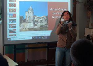 A Ana fala do Museu que representa com o auxílio de imagens projetadas no quadro interativo.