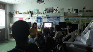 A Rita explica a um grupo de alunos que a escutam atentamente como era a vida no tempo do rei D. Carlos.