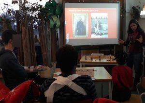 Com a ajuda do quadro interativo onde se vê a fotografia do primeiro dono do Palácio, a Ana fornece informações acerca deste espaço.