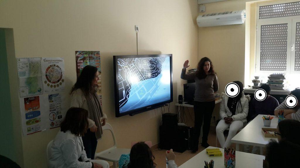 Animadoras do Museu de Lisboa mostrando uma planta de lisboa aos alunos
