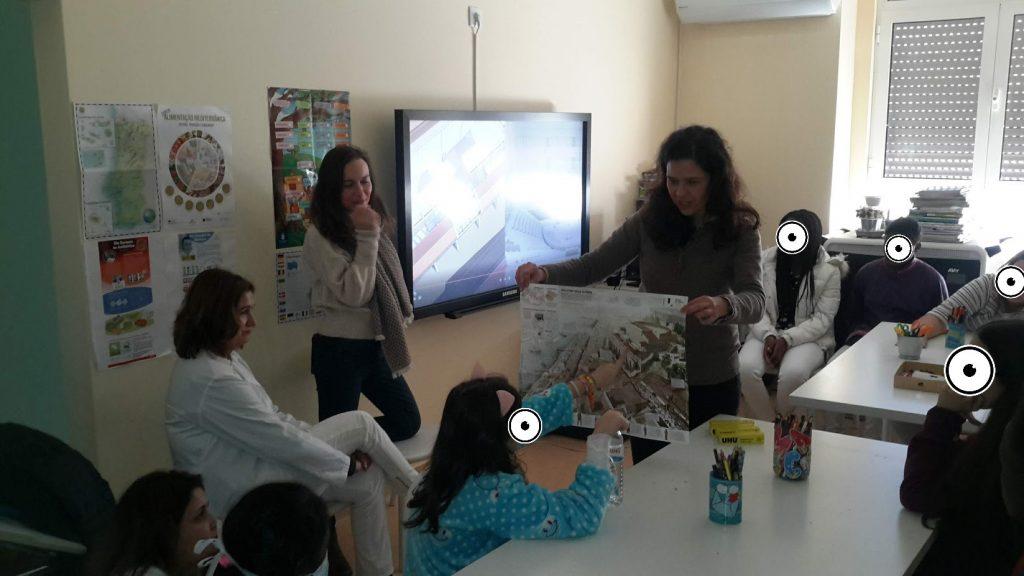 Animadoras do Museu de Lisboa mostrando uma representação de Lisboa aos alunos e professora