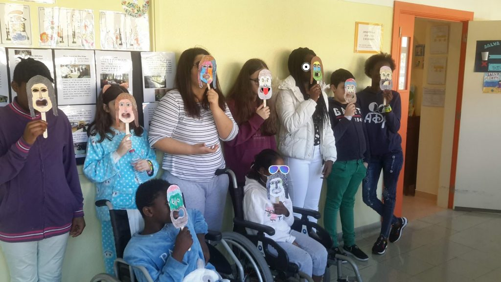 Alunos posam para foto de grupo com às mascaras