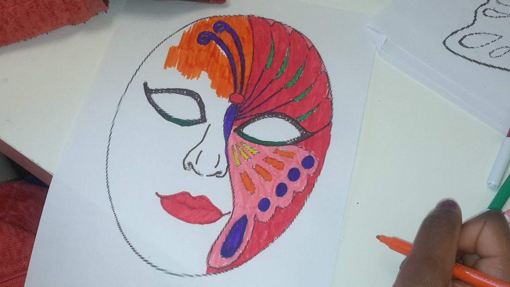 Aluno a colorir uma máscara