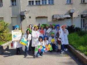 Grupo de pintores (profissionais a trabalhar na pediatria mascarados)