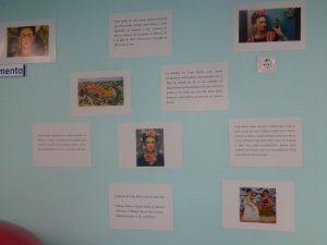 Cartazes com textos e imagens de Frida Kahlo