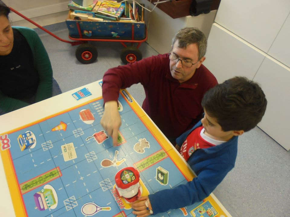 Paulo Torcato com aluno e o robot DOC no tabuleiro de jogo