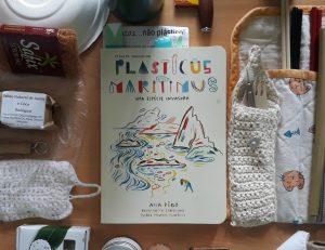 Em cima de uma secretária, v|e-se o livro Plasticus maritimus de Ana Pêgo e à sua volta encontram-se objetos de uso diário como alternativa ao plástico.