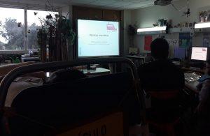 Os alunos visionam um Power Point no quadro interativo subordinado ao tema Plasticus maritimus.