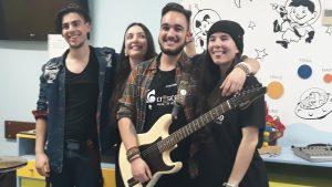 Os quatro membros da banda Friday Afternoon: o baterista, a vocalista, o guitarrista e a baixista.