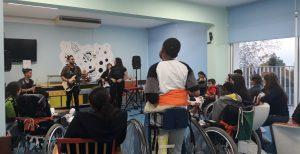 A sala cheia de alunos, pais, familiares e amigos a verem a atuação da banda.