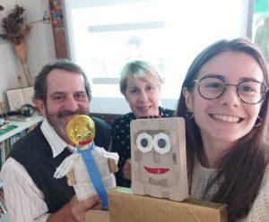 Uma selfie da professora Sónia, do professor Fernando e da formadora Sofia Sapeira com dois robôs feitos pelos alunos.