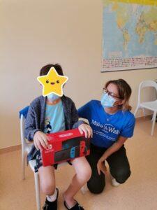 Animadora a entregar uma caixa a um aluno