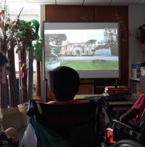 os alunos seguem a visita virtual comentada pela Ana. No quadro interativo observam o exterior do museu.