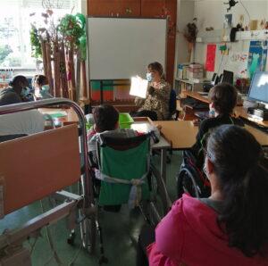 A professora conta a história aos alunos.