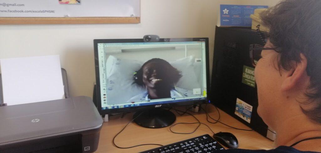 Professora Sara em videoconferência com aluno acamado