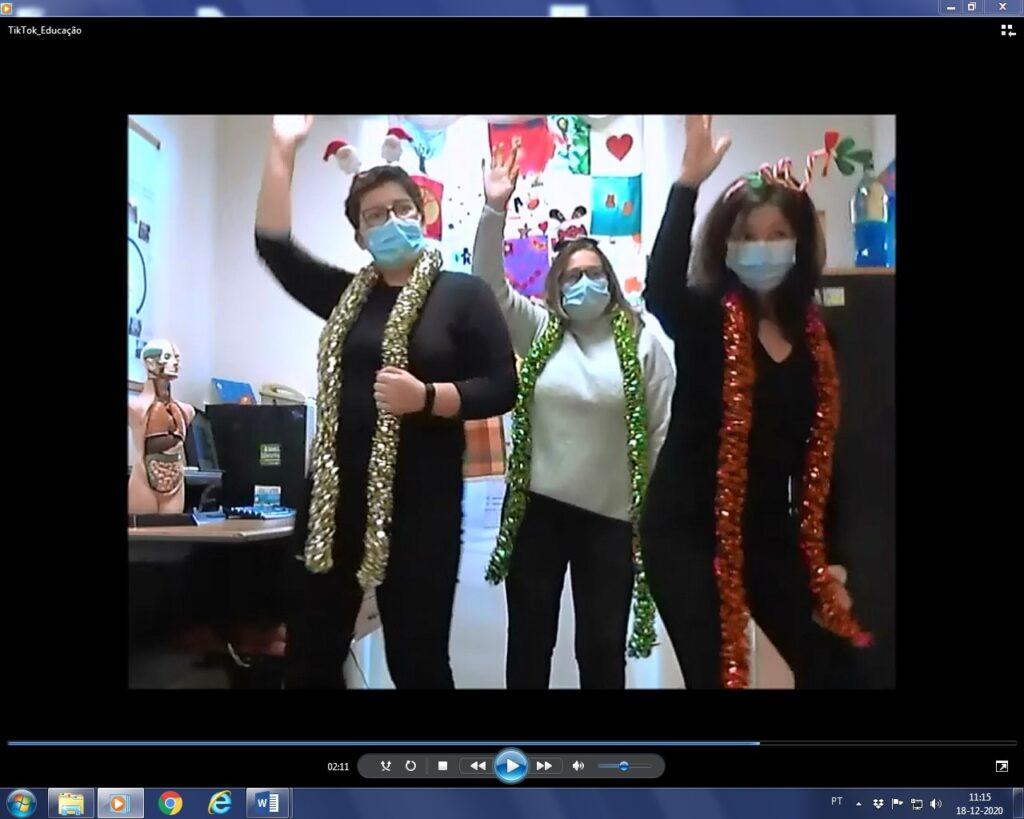 Imagem de vídeo de educadoras e professora Sara a dançar com grinaldas coloridas