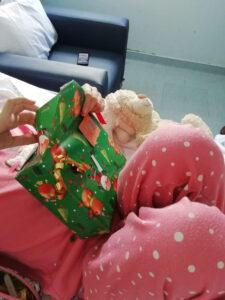 Criança a desembrulhar um presente