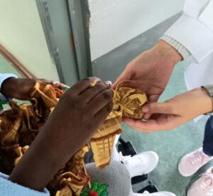 Uma aluna oferece o presente de Natal a uma médica.