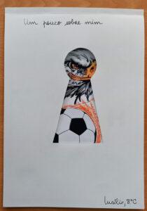 """""""Um pouco sobre mim"""" é o título do trabalho: a frente tem uma folha branca com o buraco de uma fechadura recortado e que deixa entrever uma águia e uma bola de futebol."""