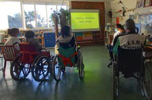 Os alunos assistem à sessão de esclarecimento através de um power point projetado no quadro interativo.