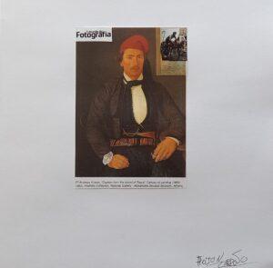 """Representação de uma pintura de um retrato antigo de um homem com colagem de relógio, de um cigarro, uma fotografia de corrida de ciclismo e o nome da revista """"O mundo da fotografia""""."""