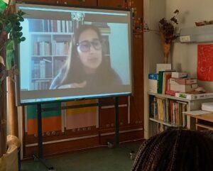 Projetada no quadro interativo encontra-se a Ana Isabel a explicar-nos a história do Museu.