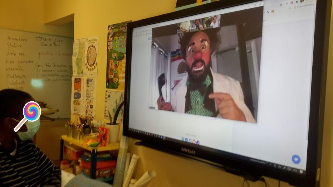 Aluno vê o Dr. Custódio no ecrã