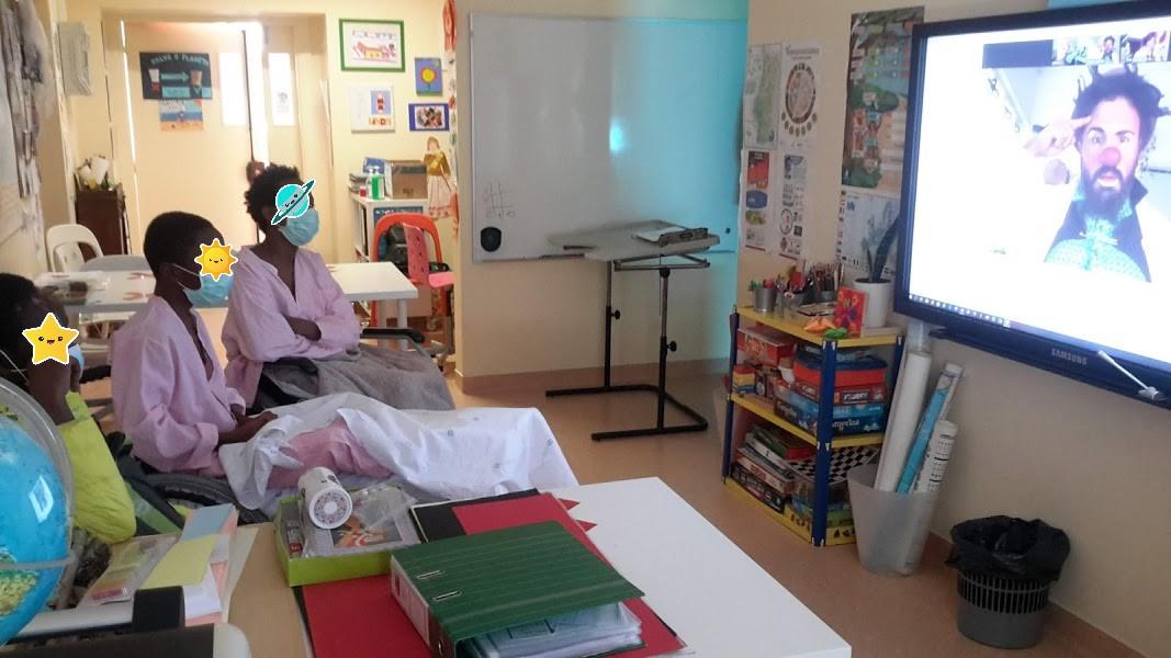 Alunos vêem o Dr. Custódio no ecrã