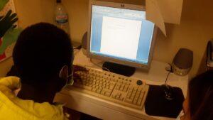 Aluno a fazer os seus trabalhos no computador