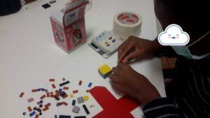 Aluno à mesa com peças de lego