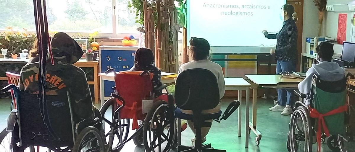 """Os alunos assistem à aula, dada pela professora, subordinada ao tema """"Anacronismos, arcaísmos e neologismos""""."""