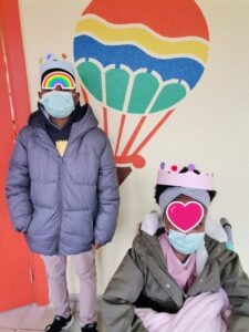 Dois alunos à porta da escola