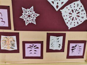 Flocos de neve recortados em papel