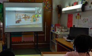 Videoconferência com as mediadoras culturais do museu. No quadro branco, a tapeçaria analisada numa das paredes do museu.