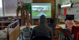 Os alunos assistem a uma visita guiada ao exterior da Casa das Histórias Paula Rego.