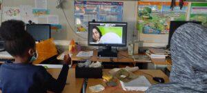 A Diana, mediadora cultural, ensina-nos através do monitor do computador a bordar.