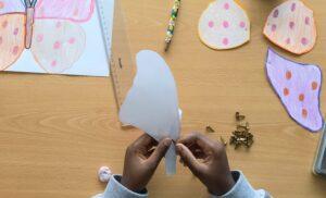 Uma aluna a trabalhar na construção de uma borboleta articulada.