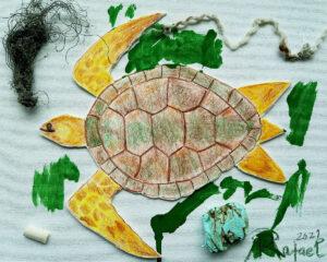 Trabalho final: uma tela com a figura de uma tartaruga marinha em relevo, pintada com cor verde à volta e com lixo marinho colado: beata de cigarro, cordas, linhas, esferovite.