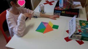 Criança a jogar com um tangram colorido