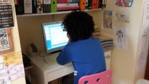 Criança a trabalhar no computador