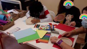 Crianças a construirem as suas marioentas