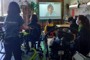 A sala com alunos a escutar com atenção o que a Rita diz.