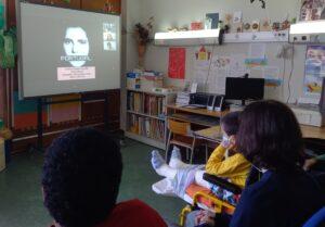 Os alunos observam e comentam no quadro branco uma composição do artista Leonel Moura.