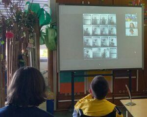 Os alunos observam e comentam uma composição de Helena Almeida.