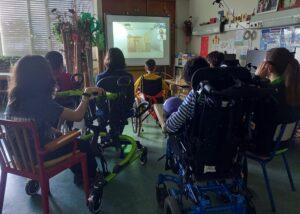 Os alunos observam e lançam ideias sobre a instalação de Julião Sarmento.