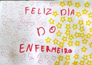 Um postal terminado com impressões de corações e estrelas que diz: Feliz Dia do Enfermeiro.