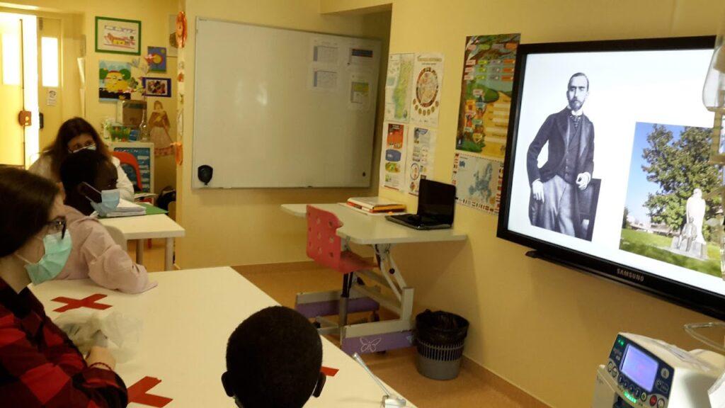 Alunos e professoras visualizando ecrã com imagens da Fundação Calouste Gulbenkian