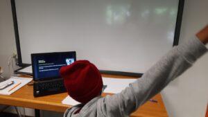 Criança a visualizar uma apresentação - texto - num computador