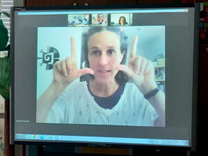 A Raquel explica o que é simetria com gestos.